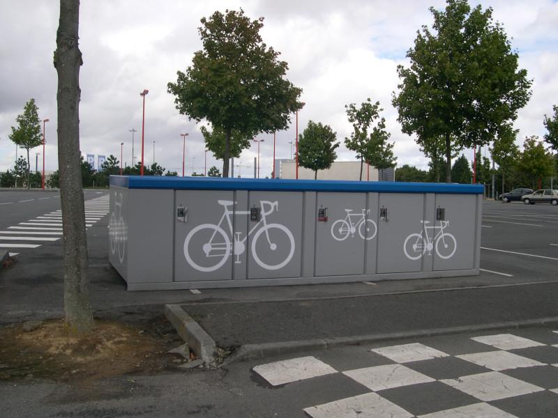 Garage vélo fermé, sur un parking relai du tramway de Caen.